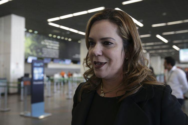 A diretora do Procon-DF, Ivone Machado, fala à imprensa, durante Blitz Nacional dos Aeroportos para fiscalizar a cobrança da franquia de bagagem, no Aeroporto Internacional de Brasília.