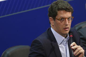 O Ministro do Meio Ambiente, Ricardo Salles,  fala à imprensa, após reunião com os integrantes do Centro de Operações