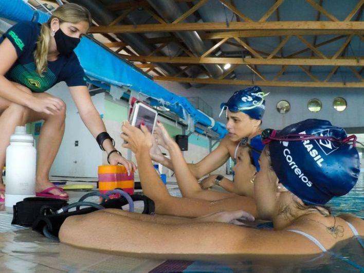 A equipe brasileira de nado sincronizado está treinando no Rio de Janeiro para o Pré-Olímpico de olho em Tóquio.