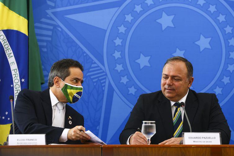 O secretário-executivo do Ministério da Saúde, e o ministro da Saúde, Eduardo Pazuello, durante entrevista coletiva após anúncio do Plano Nacional de Operalização de Vacinação contra a Covid-19.