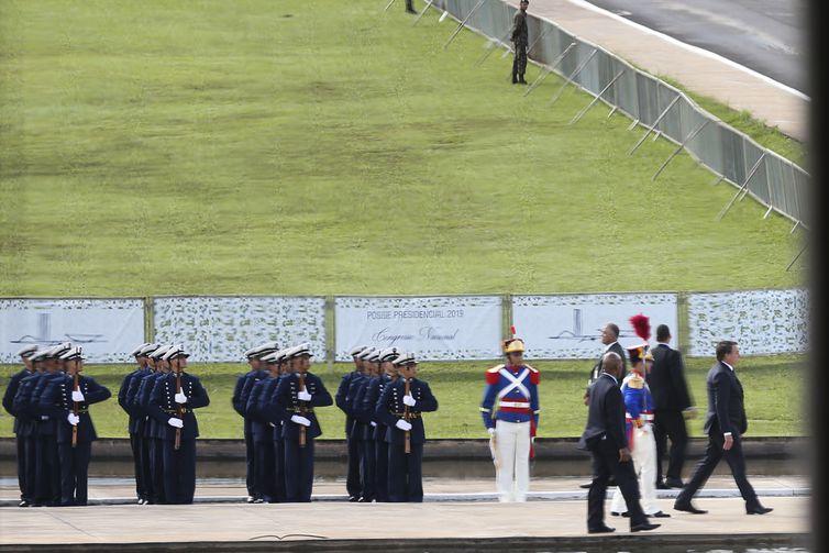 O presidente Jair Bolsonaro passa em revista a tropa em frente ao Congresso Nacional.