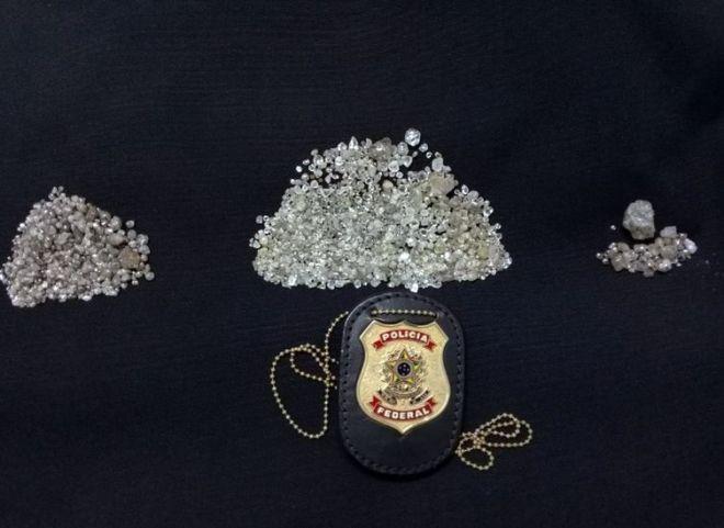 A Polícia Federal deflagrou nesta quinta-feira (24) a Operação Crassa contra exploração ilegal de diamantes na Terra Indígena Cinta Larga e na Reserva Roosevelt em Rondônia. No total são cumpridos 53 mandados de busca e apreensão no interior de