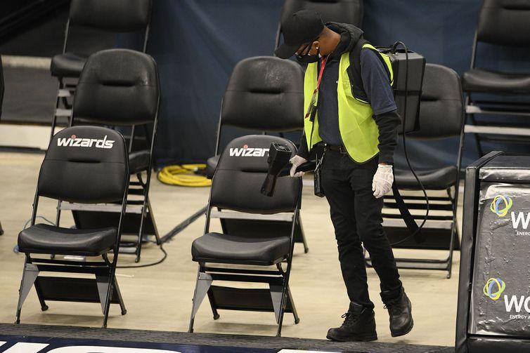 funcionário higienizando assento nba