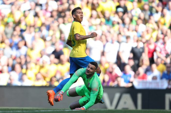 Aos 48 minutos, depois de tentar duas vezes, Roberto Firmino faz o segundo gol brasileiro