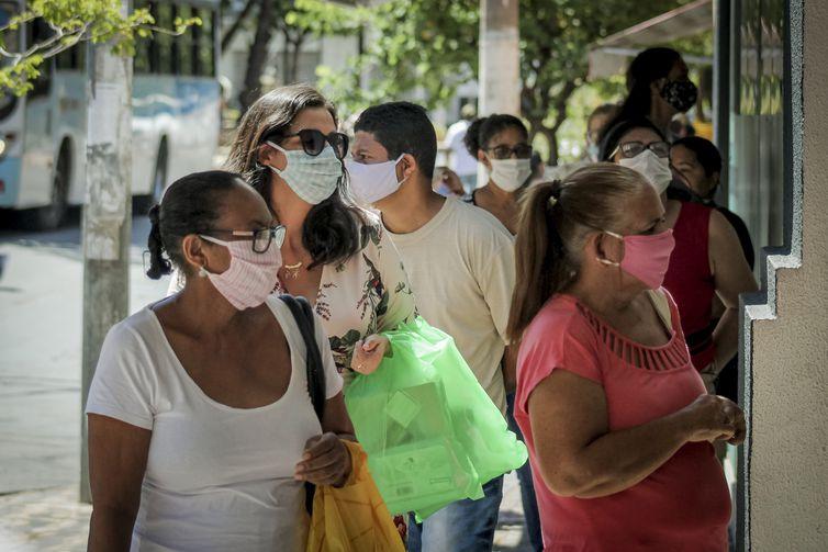 População nas ruas de Cuiabá após reabertura do comércio.
