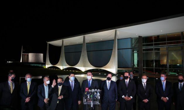 O presidente Jair Bolsonaro faz declaração à imprensa na área externa do Palácio da Alvorada
