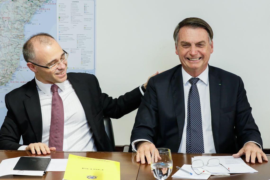 O presidente Jair Bolsonaro faz transmissão ao vivo ao lado do advogado-geral da União, André Mendonça.