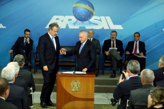 O ministro da Segurança Pública, Raul Jungmann, e o presidente Michel Temer durante cerimônia de sanção da lei que cria o Sistema Único de Segurança (SUSP), no Palácio do Planalto.
