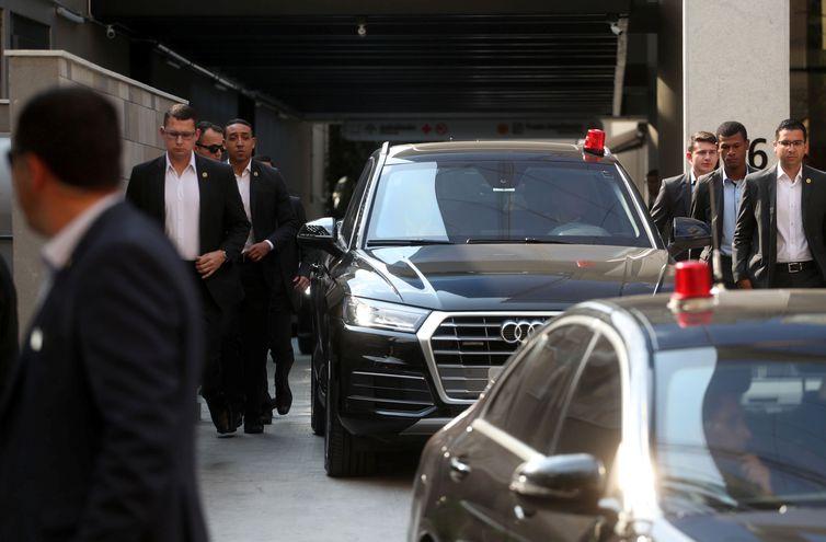 Comboio de veículos transportando o presidente do Brasil, Jair Bolsonaro, deixa o Hospital Vila Nova Star em São Paulo