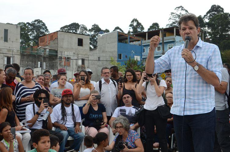Encontro do candidato a presidência da República, Fernando Haddad, com coletivos culturais periféricos, no Conjunto Promorar Raposo Tavares