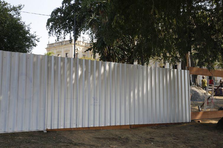 Construção de barreira nos arredores do Museu Nacional do Rio de Janeiro, após o incêndio.