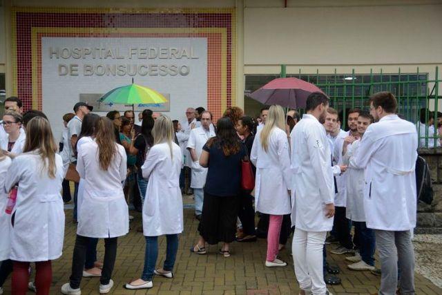Rio de Janeiro - O Conselho Regional de Medicina do Estado do Rio de Janeiro (Cremerj)  faz coletiva de imprensa, na porta do Hospital Federal de Bonsucesso (Tânia Rêgo/Agência Brasil)