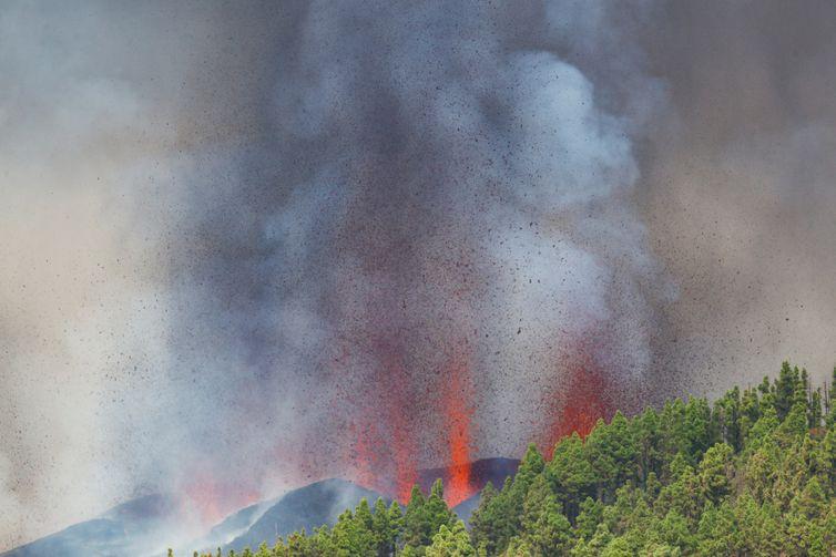 Lava e fumaça emergem após erupção de vulcão na Espanha