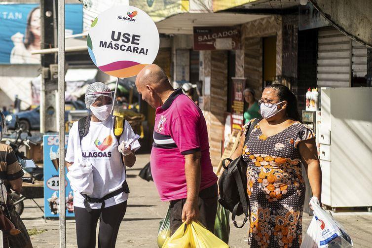 Moradores de Maceió são orientados sobre o uso de máscaras durante a pandemia do novo coronavírus.