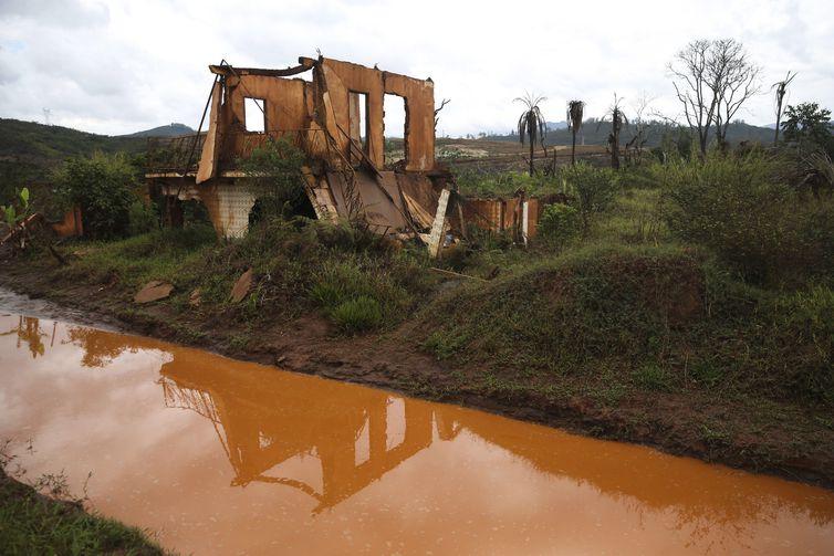 Ruínas em Bento Rodrigues, distrito de Mariana, dois anos após a tragédia do rompimento da Barragem de Fundão, da mineradora Samarco (José Cruz/Agência Brasil)