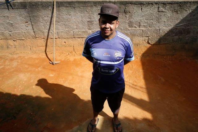Distrito de Barra Longa. A comunidade foi parcialmente encoberta pela lama que chegou pelo rio Gualaxo do Norte. Na foto, Antônio Marcos da Costa, morador de Gesteira.