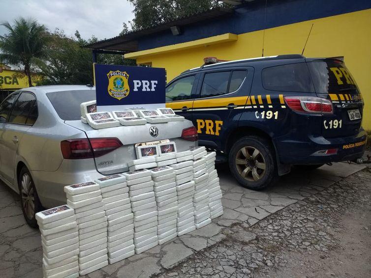 PRF apreende 150 kg de cocaína em fundo falso de carro