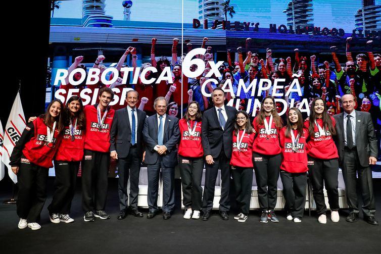 Presidente da República, Jair Bolsonaro, cumprimenta a equipe de robótica do SesiI Birigui, campeã mundial no Uruguai.