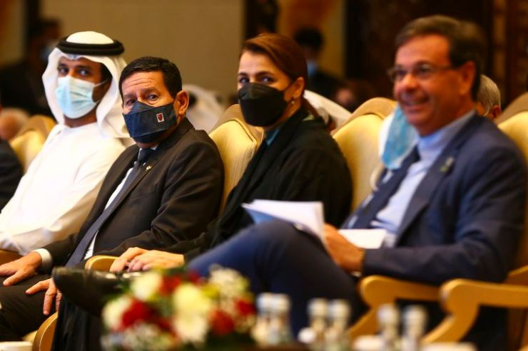 O ministro da Economia dos Emirados Árabes Unidos, Abdulla bin Touq Al Marri, o vice-presidente Hamilton Mourão, a ministra do Meio Ambiente e Mudanças Climáticas dos EAU, Mariam Bint Mohammed Al Mheiri, e o ministro do Turismo, Gilson Machado,