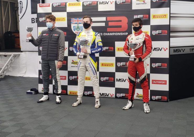 Roberto Faria, cruza linha de chega em segundo lugar, na F3, em Silverstone
