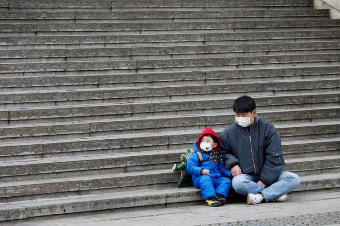 Um homem com seu filho em Seul, na Coreia do Sul