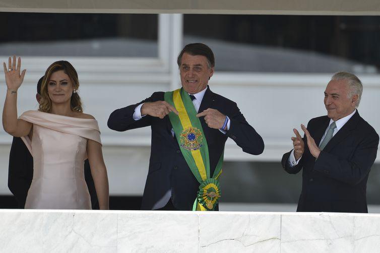 Presidente Jair Bolsonaro saúda o povo depois de receber a faixa presidencial.