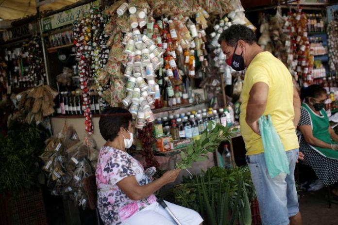 Um vendedor trabalha na venda dos remédios à base de plantas da Amazônia no mercado fluvial Ver-o-Peso, em meio ao surto da doença por coronavírus (COVID-19), em Belém, Brasil, em 16 de junho de 2020. Foto tirada em 16 de junho de 2020.