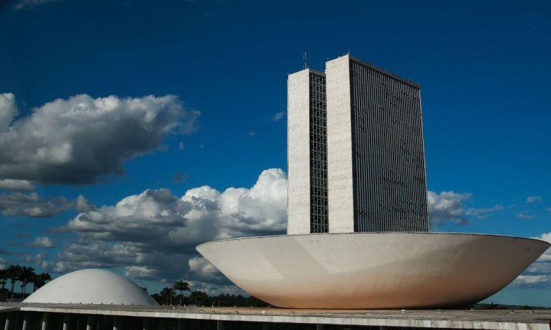 A cúpula  maior, voltada para cima, abriga o Plenário da Câmara dos Deputados.