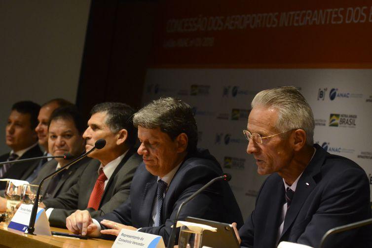 Os ministros da Secretaria de Governo, Alberto dos Santos Cruz, e da Infraestrutura, Tarcísio Gomes de Freitas, participam da coletiva de imprensa após leilão de 12 aeroportos brasileiros, na sede da B3 (Bovespa), em São Paulo.