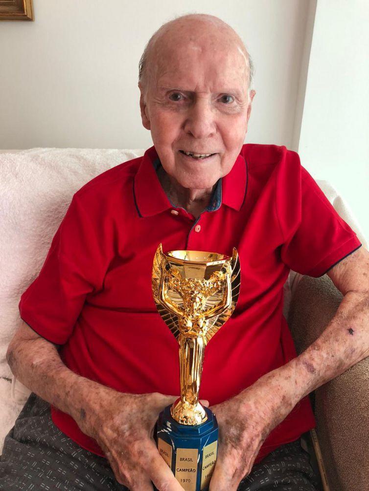Zagallo recebe uma réplica da taça Jules Rimet, nos 50 anos do Tricampeonato Mundial