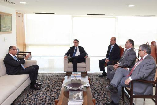 Presidente Jair Bolsonaro e o ministro da Casa Civil, Onyx Lorenzoni, debate a Previdência com políticos do PSDB. À esquerda, o presidente Nacional do PSDB, Geraldo Alckmin.
