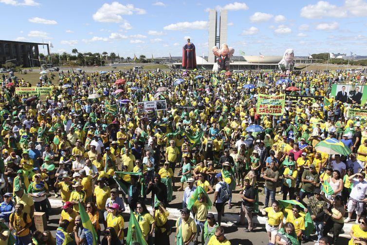 Manifestantes fazem atos pró-Bolsonaro, em defesa da Lava Jato, do ministro Sergio Moro, pela aprovação da reforma da Previdência e do pacote anticrime, em frente ao Congresso Nacional, Brasília.