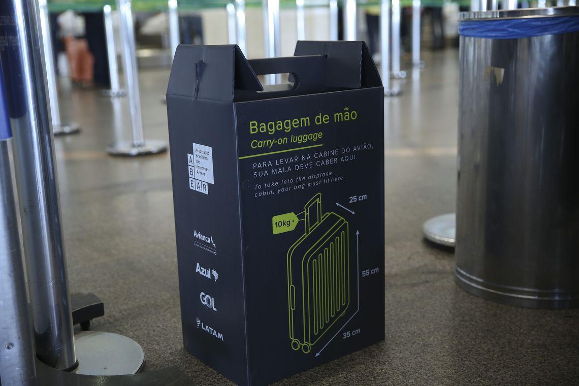 Fotos no Aeroporto de Brasilia Sobre Fiscalização de Bagagem.