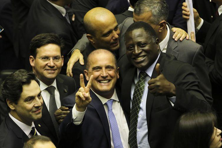 O ministro da Casa Civil, Onyx Lorenzoni, e o deputado federal Hélio Bolsonaro, durante a sessão de discussão da proposta de emenda à Constituição (PEC) que reforma a Previdência.