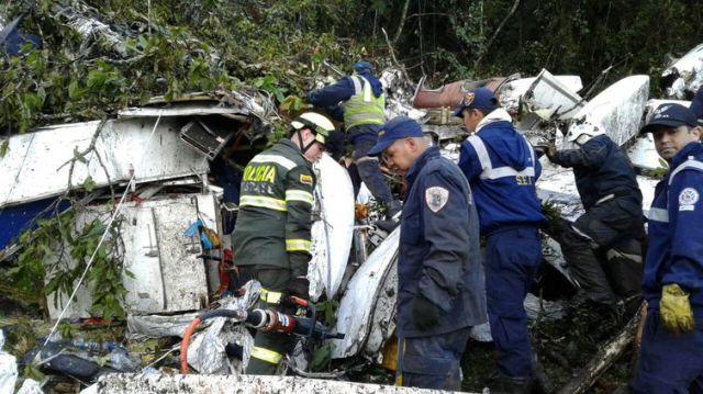 Equipes de resgate procuram vítimas entre os destroços do avião da Chapecoense