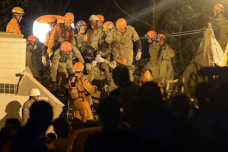 Equipes que atuam na busca e resgate de pessoas após o desabamento dos dois prédios esta manhã na comunidade da Muzema, continuam as buscas. A Rioluz providenciou iluminação para que as atividades prossigam durante a noite.