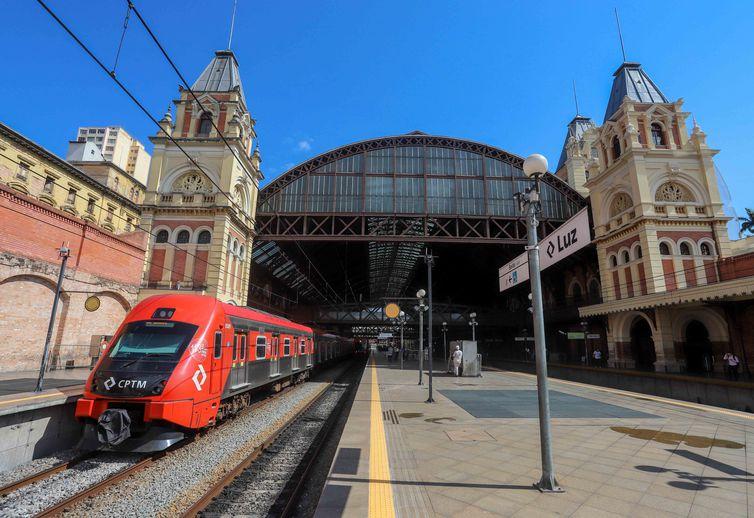 A Estação da Luz é uma das mais importantes estações ferroviárias da cidade de São Paulo, projeto foi feito por Charles Henry Driver, um arquiteto britânico conhecido por projetos em estações ferroviárias.