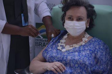 A médica pneumologista do Centro de Referência Professor Helio Fraga, da Fiocruz, Margareth Dalcolmo recebe a dose da vacina de Oxford/AstraZeneca na Fiocruz.