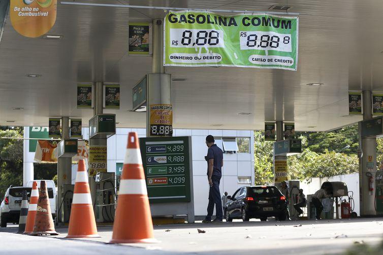 Posto fechado por falta de combustível na Asa Norte, em Brasília.