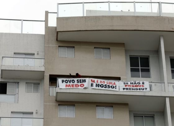 Manifestantes ocupam triplex em Guarujá