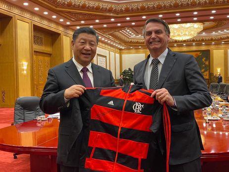 Jair Bolsonaro presenteia  Xi Jiping com agasalho do Flamengo
