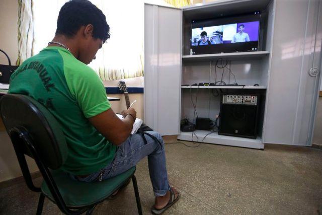 Alunos da escola estadual Raymundo Sá, no município de Autazes, interagem virtualmente com professores e alunos durante aula a distância produzida no Centro Nacional de Mídias de Educação.