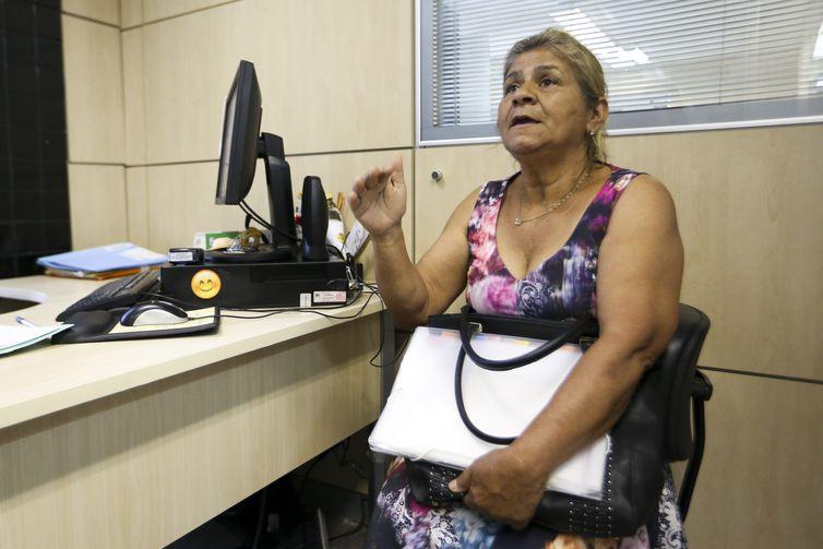 Neusa Maria Fátima de Moraes é atendida na Central Judicial do Idoso do Tribunal de Justiça do Distrito Federal.