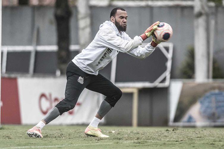 Goleiro Eveson, do Santos, aciona o clube na Justiça