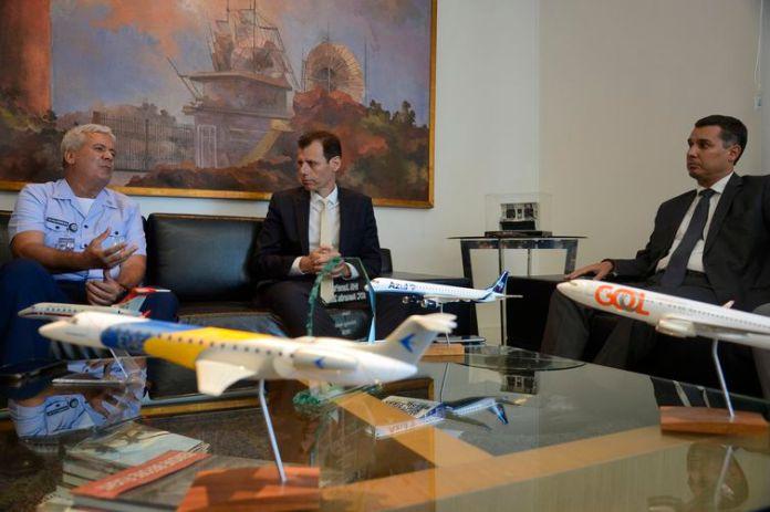 O diretor-geral do Departamento de Controle do Espaço Aéreo, Tenente-Brigadeiro do Ar Jeferson Domingues de Freitas, o secretário Nacional de Aviação Civil, Ronei Saggioro Glanzmann, e o diretor da Anac, Ricardo Sérgio Maia Bezerra.