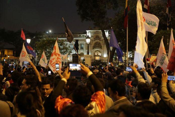 Apoiadores do presidente peruano Martín Vizcarra comemoram, em Lima, depois que o presidente dissolveu o Congresso do país