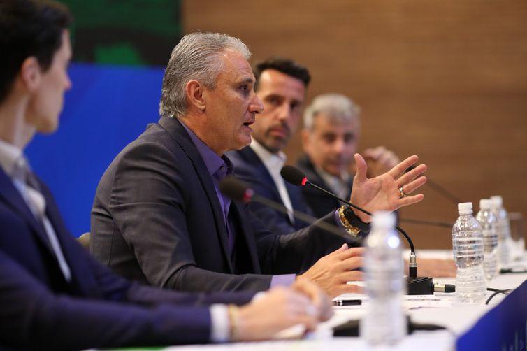Tite convocará a seleção da Copa, cercado de expectativa sobre quem entra na vaga de Daniel Alves
