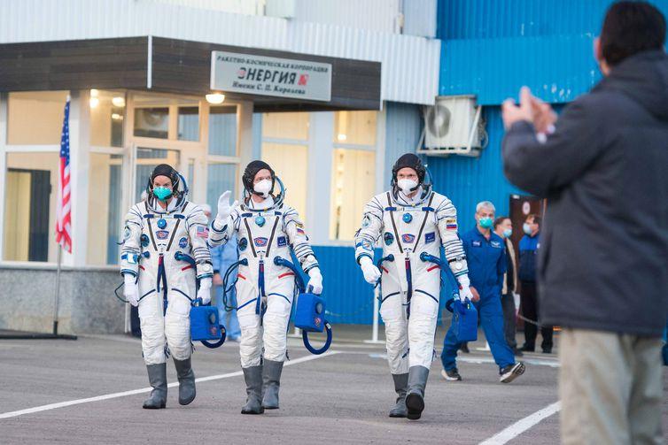 Os membros da tripulação da Estação Espacial Internacional (ISS) caminham para partir para a plataforma de lançamento no Cosmódromo de Baikonur