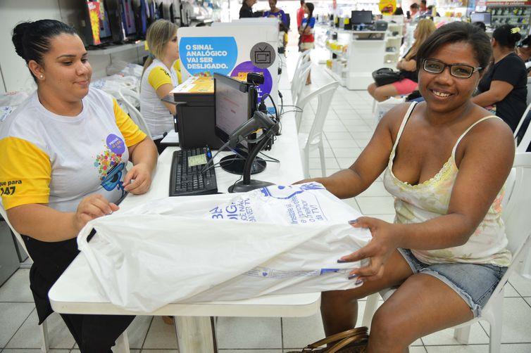 A manicure Maria Divina Dias Martins recebe seu kit