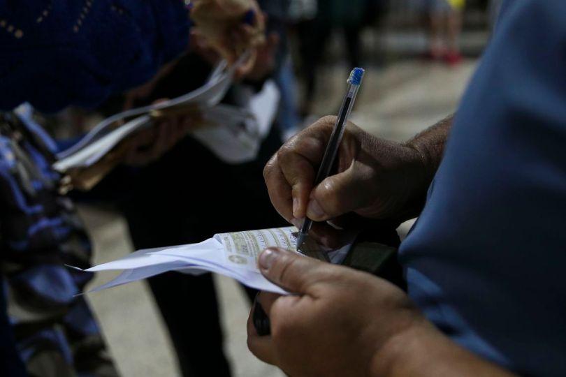 Eleitores que estão fora do domicílio eleitoral justificam a ausência na votação em um posto localizado em um shopping no centro de Brasília.